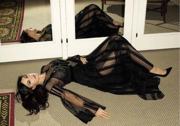 Розкішна Моніка Беллуччі оголеною поніжилася під простирадлом у новій фотосесії