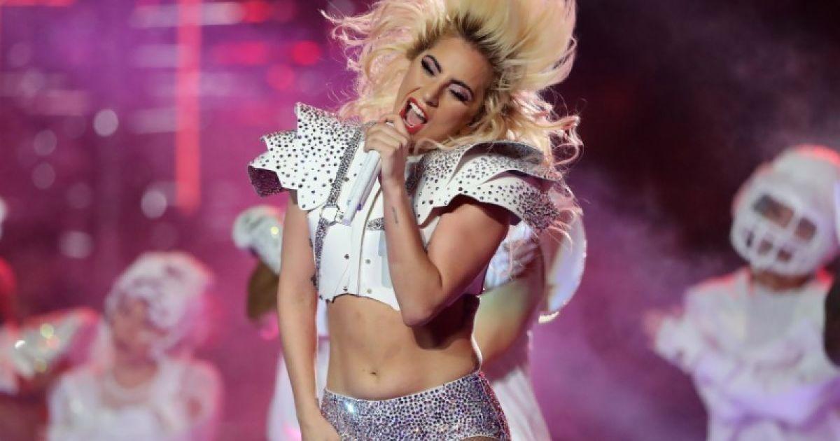 Співачка Lady Gaga виступає під час гри в американський футбол в серії Super Bowl LI між командами New England Patriots і Atlanta Falcons у Х'юстоні, штат Техас, США. @ Reuters