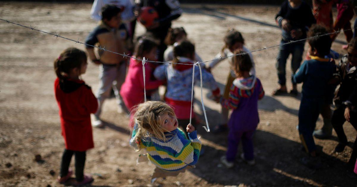 """Переміщені іракські діти, які втекли із захопленого бойовиками """"ІД"""" Мосула, граються у таборі Хазер, Ірак. @ Reuters"""
