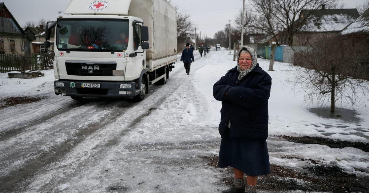 Місцева жителька стоїть поблизу будівель, які були пошкоджені під час бойових дій між українською армії і проросійськими сепаратистами в Авдіївці. @ Reuters