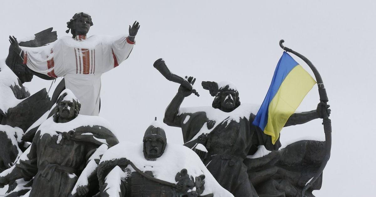Пам'ятник засновникам Києва, засипана снігом. Через великий снігопад у столиці був паралізований рух транспорту. @ УНІАН