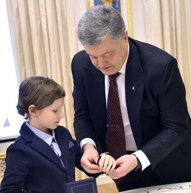 Порошенко привітав Сущенка з днем народження і подарував сину журналіста годинник