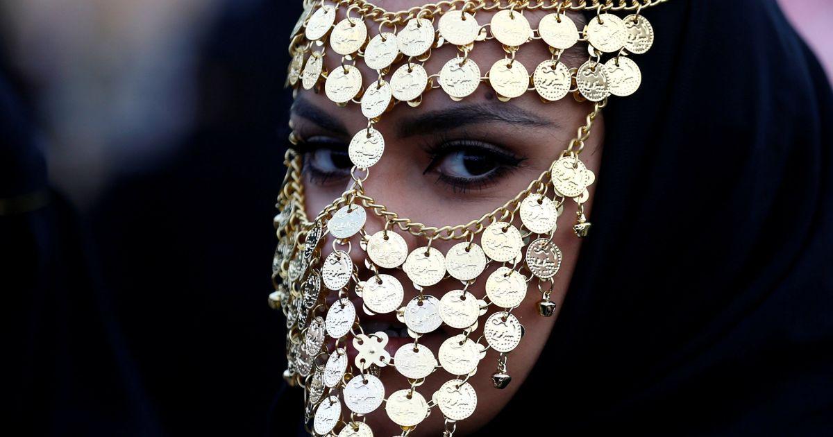 Жінка бере участь у культурному фестивалі Джанадрійя на околиці міста Ер-Ріяд, Саудівська Аравія. @ Reuters