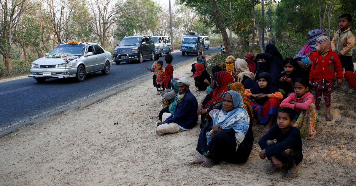 Біженці з народу рохінья сидять на узбіччі дороги у надії отримати пожертви від жителів приміської зони в районі Кутупаланг в імпровізованому таборі біженців в Кокс Базар, Бангладеш. @ Reuters