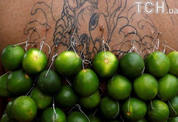 Проколоті гаками спини та голки в щоках. Тамільці відзначають індуїстське свято Тайпусам