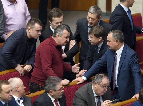 Розірваний піджак і звинувачення у брехні. Як у Раді билися Лещенко та Мельничук