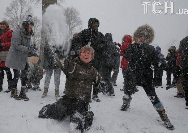 Негода розвагам не завада: американці влаштували зимові батли після снігового шторму