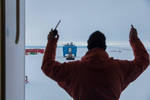 В Антарктиді через гігантську тріщину в кризі були змушені передислокувати британську станцію