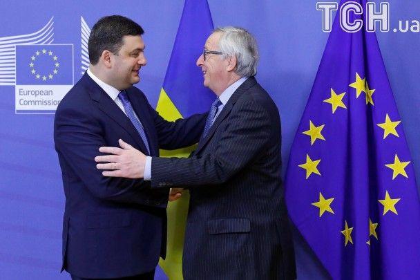 Теплі обійми й приязні усмішки. Як Гройсман з Юнкером в Брюсселі вітався