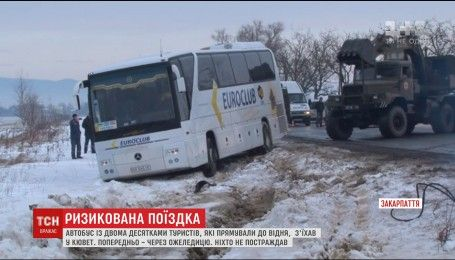 Автобус з туристами з'їхав у кювет на Закарпатті