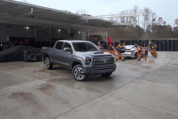 """Toyota показала """"спортивные"""" версии внедорожника Sequoia и пикапа Tundra"""