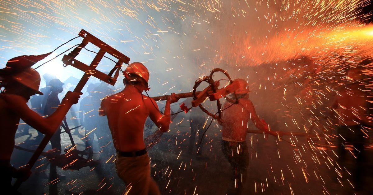 Місцеві жителі виконують танець вогняного дракона напередодні Фестивалю ліхтарів у місті Джішоу, Китай. @ Reuters