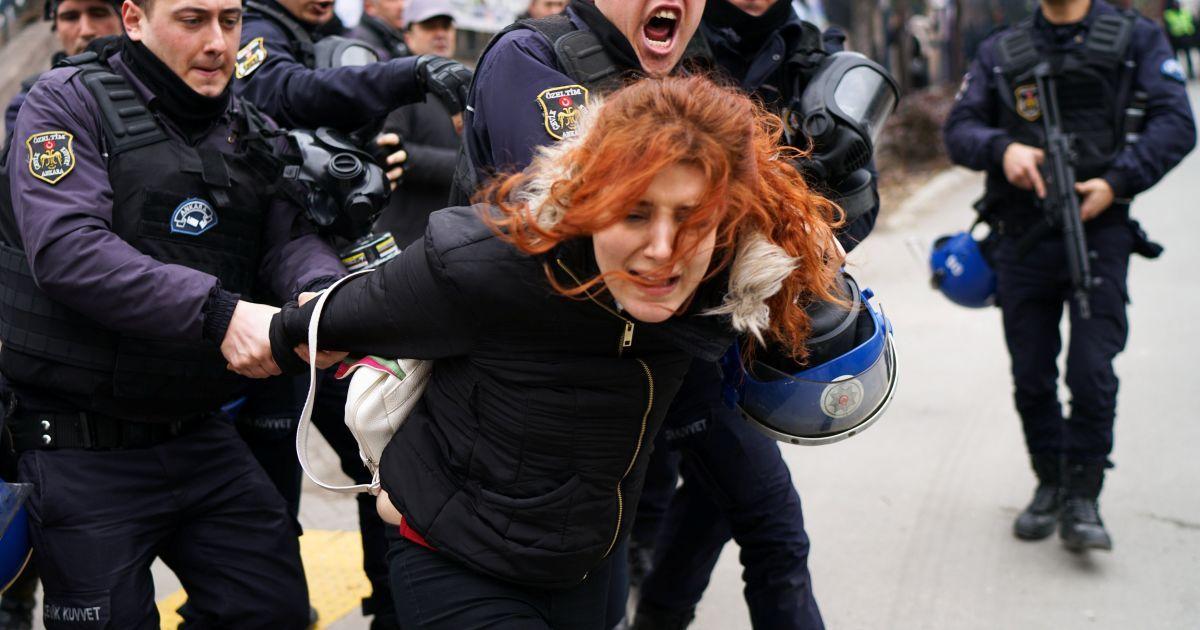 Спецпризначенці затримують демонстрантку під час протесту проти звільнення вчених з університетів після спроби держперевороту, за межами університетського містечка Джебеджі Університету Анкари, Туреччина. @ Reuters
