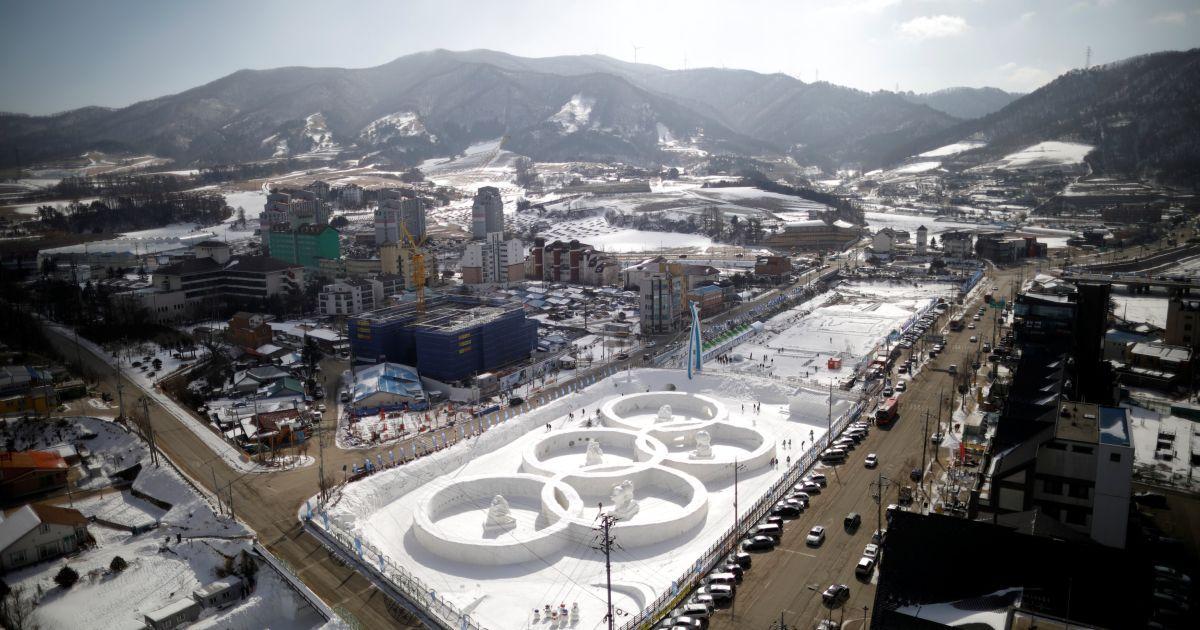 Льодової скульптури олімпійських кілець видно під час зимового фестивалю у Пхенчхані, недалеко від місця проведення відкриття та церемонії закриття зимових Олімпійських ігор  2018 року в Пхенчхані, Південна Корея. @ Reuters