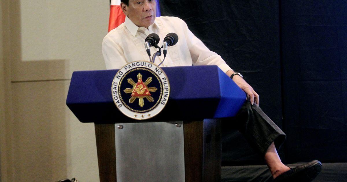 Президент Філіппін Родріго Дутерте показує, що він не носить шкарпетки, виступаючи на економічному форумі в місті Давао на півдні Філіппін. @ Reuters