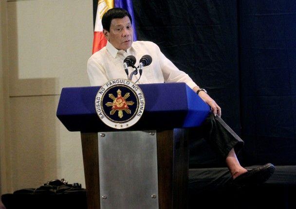 Найяскравіші фото дня: напад беркуту на безпілотник, президент Філіппін без шкарпеток