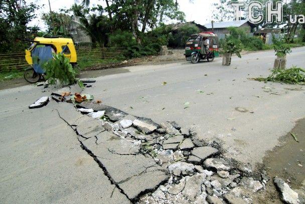 Розламані мости й понівечений асфальт. Reuters показало наслідки вбивчого землетрусу на Філіппінах