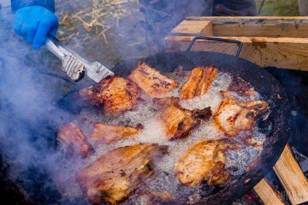 Свято свіжини. На Закарпатті стартував фестиваль різників свиней