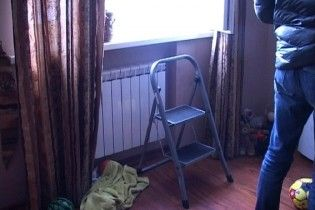З'явилися подробиці страшної трагедії, у якій жінка викинула з вікна дитину і вистрибнула сама
