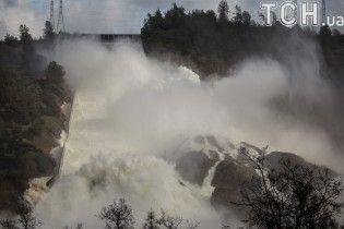 У США оголошена негайна евакуація через руйнування найвищої дамби