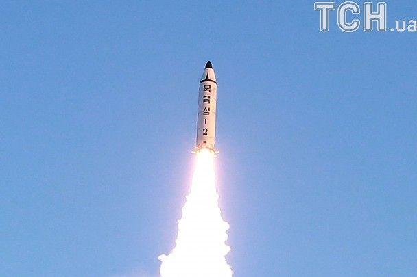Оплески та усміхнений Кім Чен Ин: як у КНДР запустили нову балістичну ракету