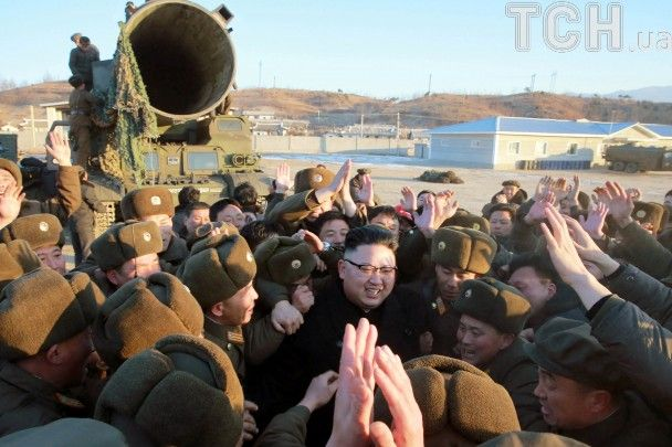 Оплески та усміхненний Кім Чен Ин: як у КНДР запустили нову балістичну ракету