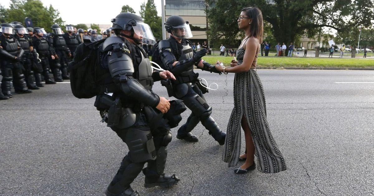 У номінації «Сучасні проблеми» приз отримав фотограф Reuters Джонатан Бахман із фотографією 28-річної медсестри, яка стоїть перед співробітниками правоохоронних органів під час акції протесту проти жорстокості поліції в штаті Луїзіана, США. @ Reuters