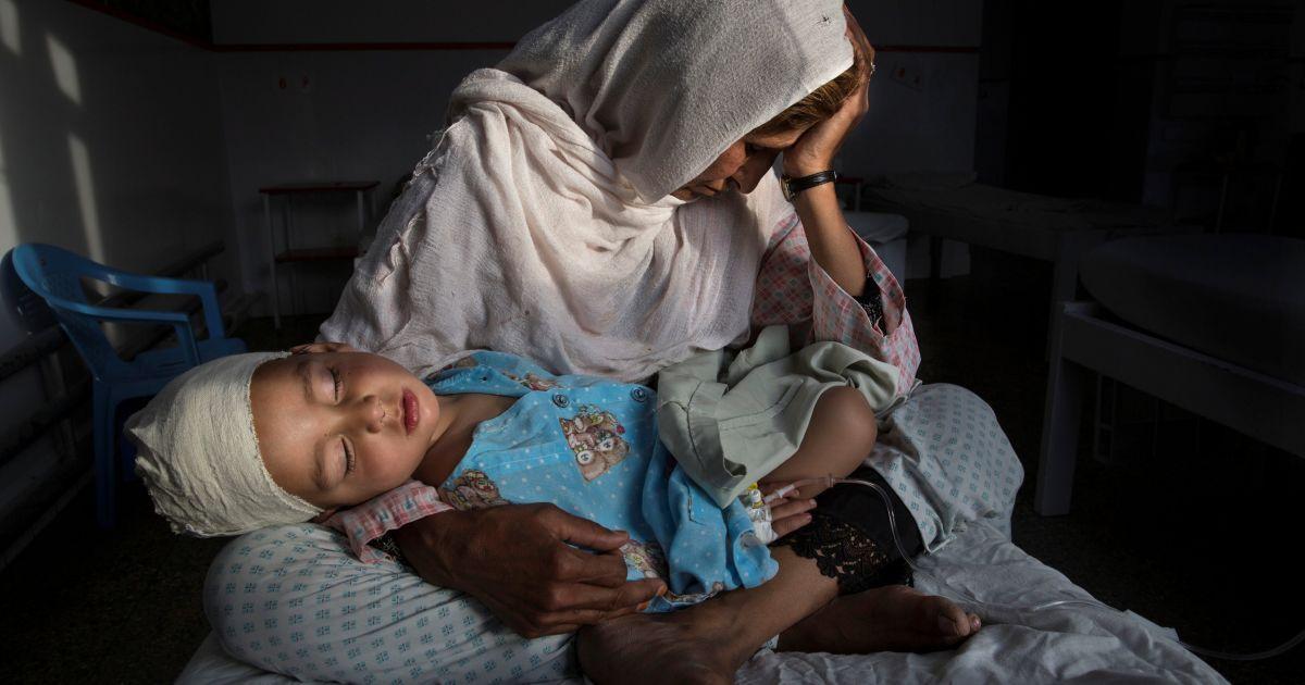 Головний приз категорії «Життя день за днем». Центр кризових звітів Пулітцера - «Безмовні жертви забутої війни». Кабул, Афганістан. Березень 2016. У госпіталі дівчина на ім'я Наджиба тримає на руках свого дворічного племінника Шабір, який був поранений під час бомбардування. @ Reuters