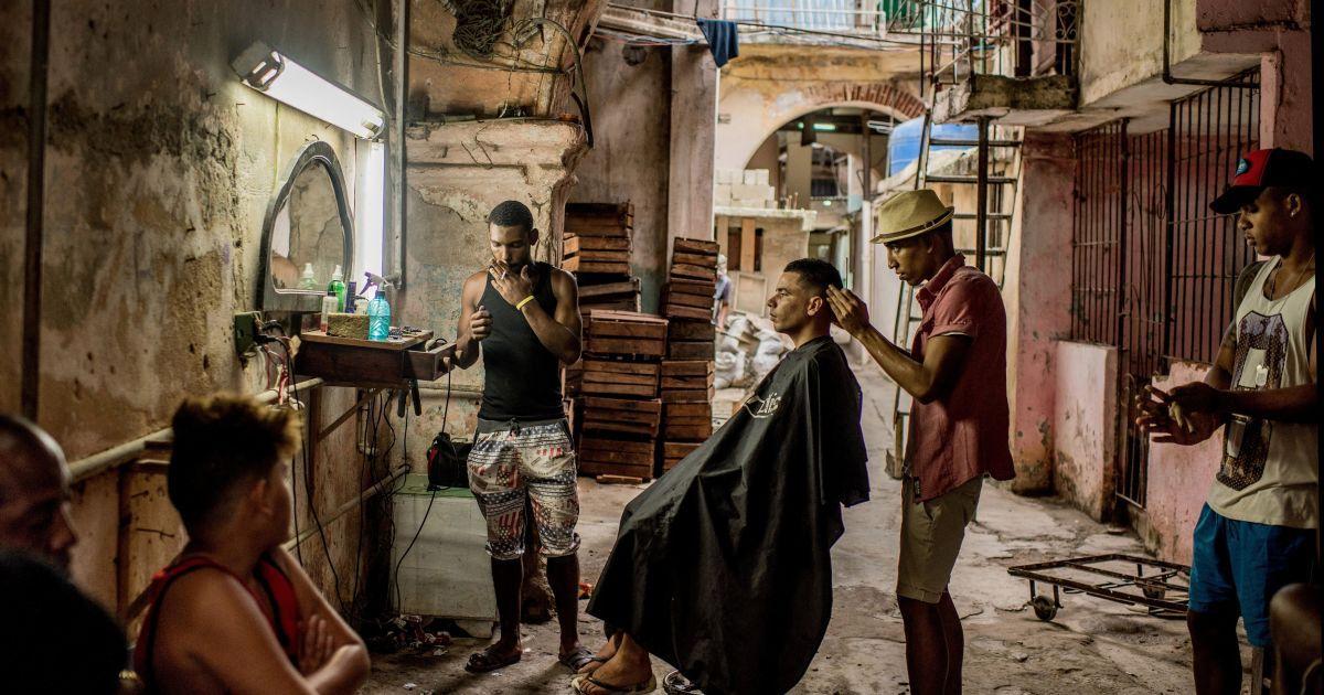 """Переможець категорії «Повсякденне життя. Серія """" перший приз отримав Томас Муніти. На фотографії: перукарня просто неба в Старій Гавані, Куба. @ Reuters"""