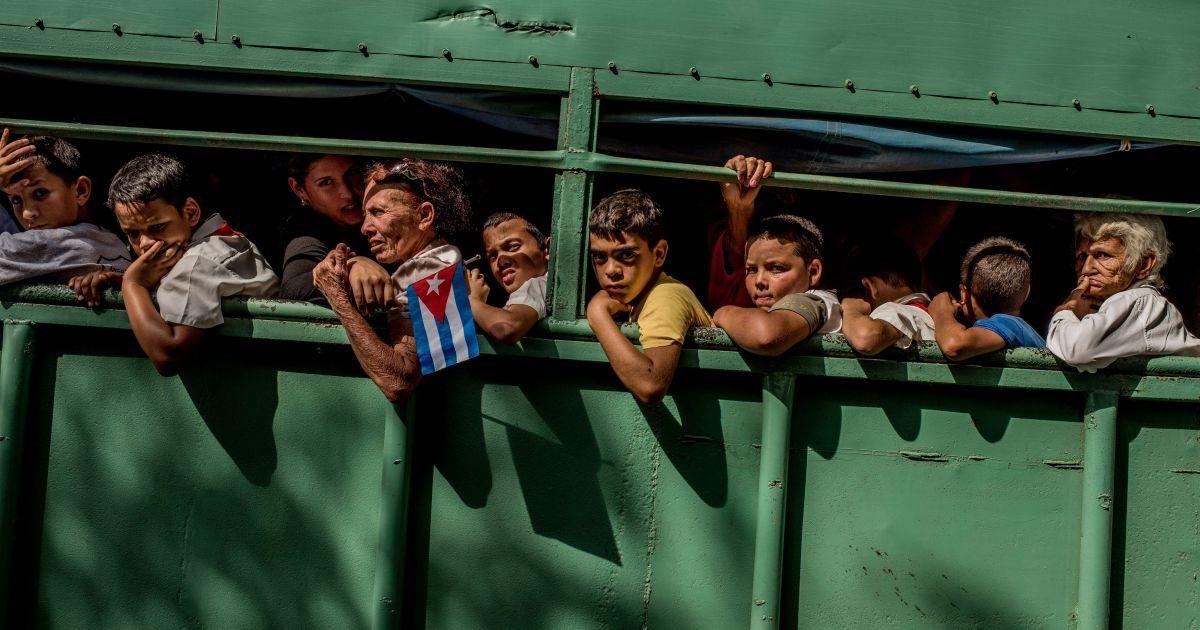 Категорія «Життя день за днем». Фоторепортаж. головний приз. Томас Муніти, Чилі, для The New York Times - «Куба на порозі змін». Вантажівка везе народ додому після процедури прощання з померлим у грудні лідером Фіделем Кастро Куби. У країні був оголошений дев'ятимісячний траур. @ Reuters
