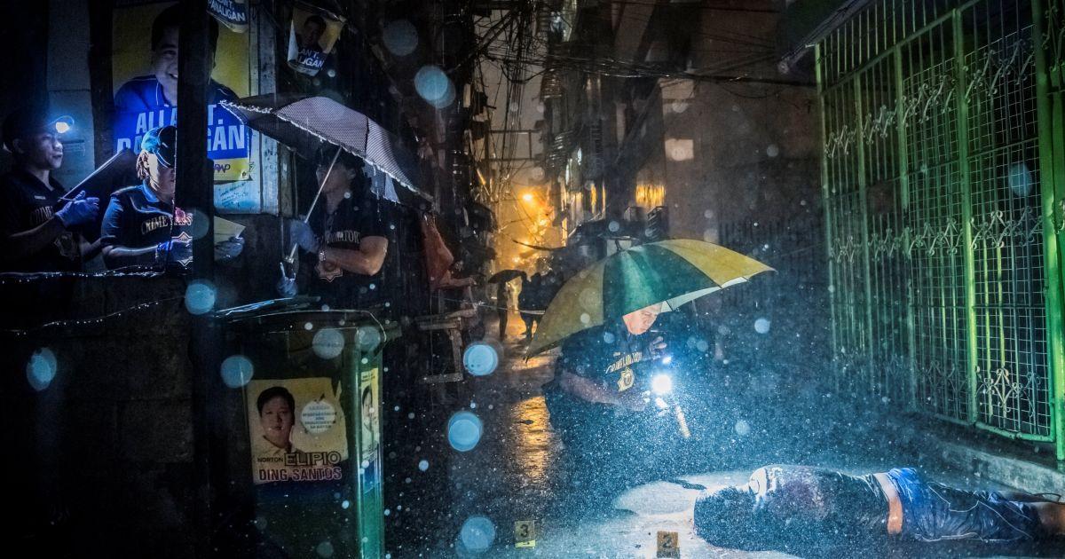 Серія фотографій Деніеля Береулака отримала приз в категорії «Новини». На фотографії: поліція збирає свідчення на місці, де Ромео Джоел Торрес був убитий двома озброєними людьми на мотоциклах рано-вранці в Манілі. @ Reuters
