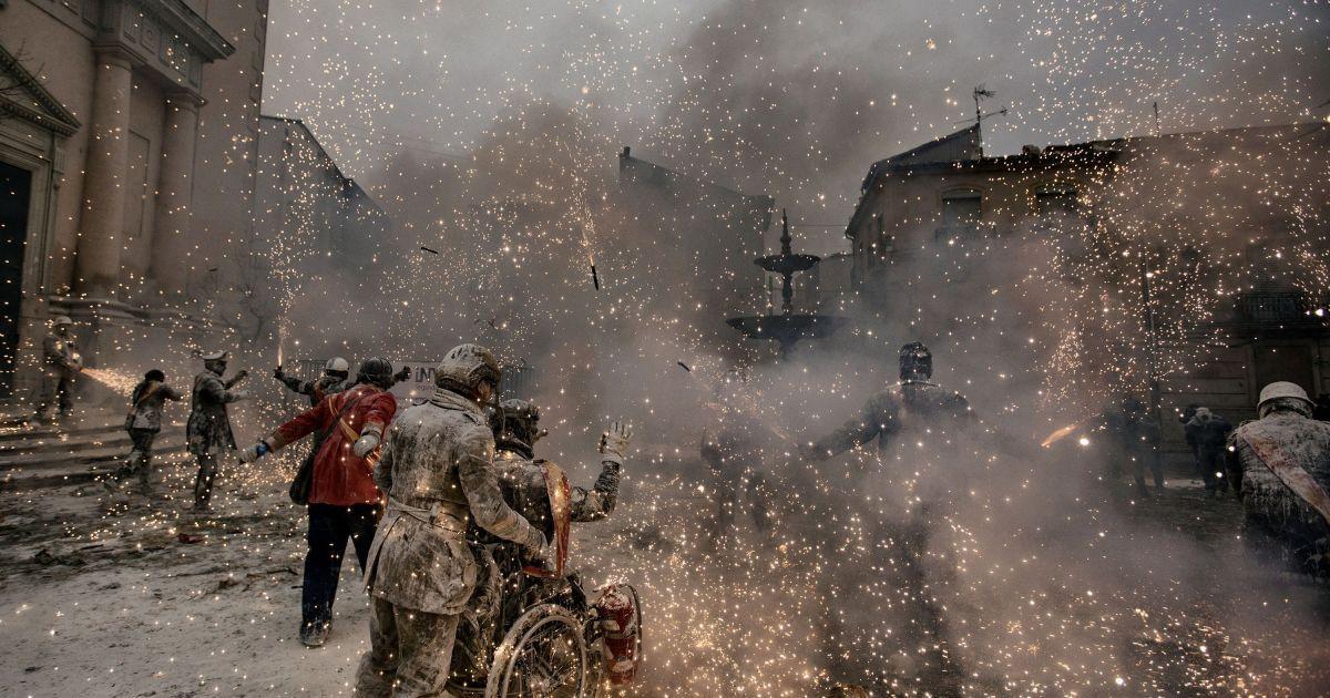 """Друге місце у категорії """"Люди. Серія"""". 28 грудня кожного року в Іспанії проходить фестиваль, де громадяни діляться на дві групи: одні імітує переворот, а друга група намагається заспокоїти повстання. Команди грають з борошном, водою, яйцями і кольоровими димовими шашками. @ Reuters"""