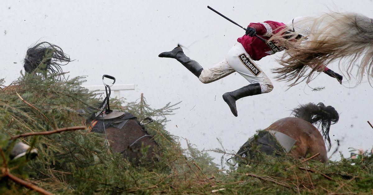 Перше місце в категорії «Спорт». На фотографії: жокей Ніна Карберрі падає з коня під час Національних скачок на іподромі в Ліверпулі. @ Reuters