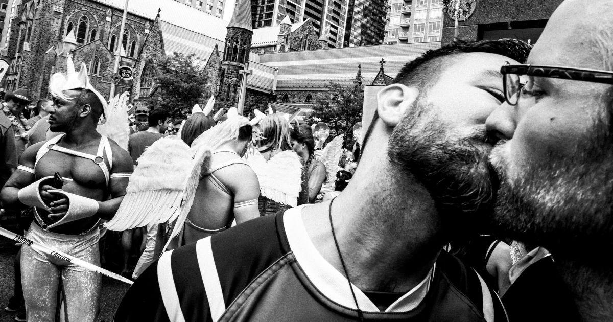 """Переможець категорії """"Спорт"""". Футбольний гравець цілує свого напарника під час акції у Торонто. @ Reuters"""