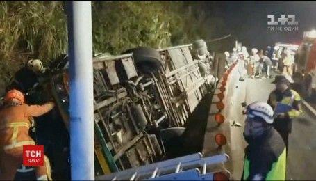 Автобус с туристами разбился недалеко от столицы Тайваня