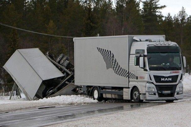 В Швеции перевернулся автовоз, перевозивший тестовые прототипы Porsche