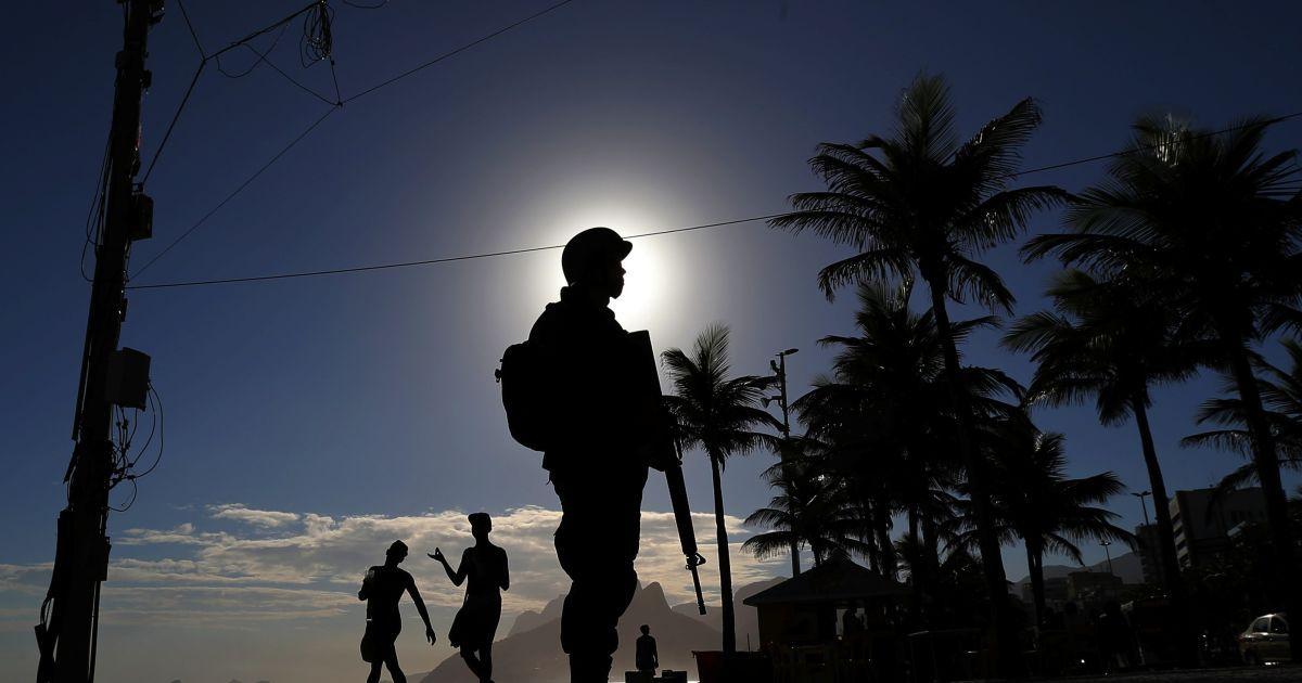 Бразильський солдат патрулює пляж Іпанема перед карнавальними святами в Ріо-де-Жанейро. @ Reuters