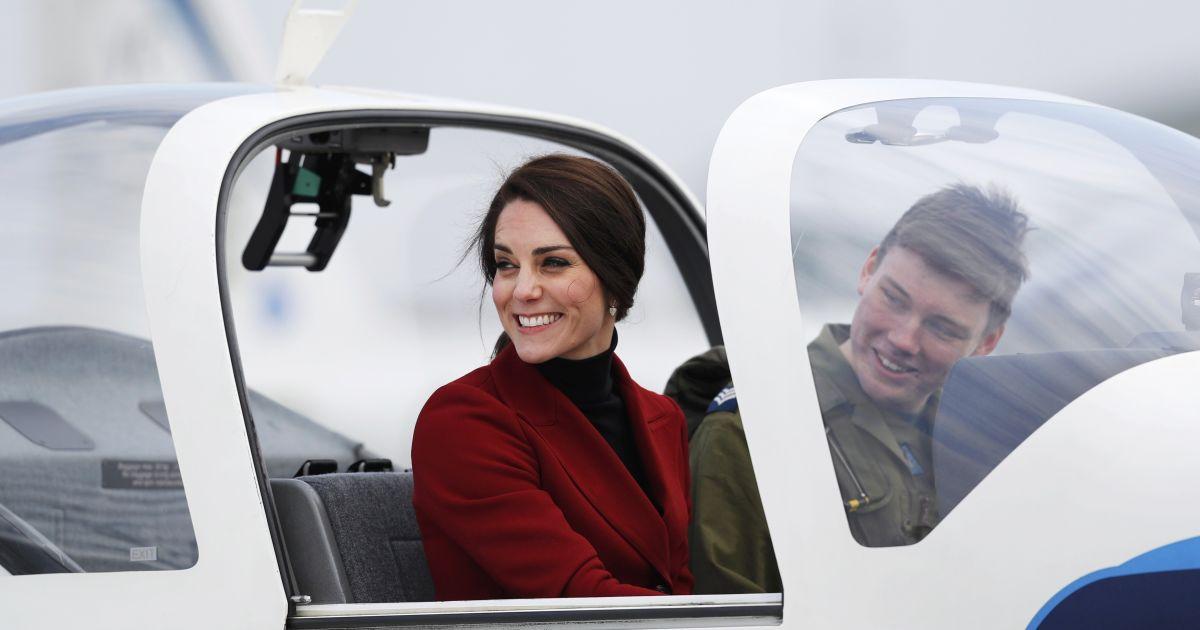 Кетрін, герцогиня Кембриджська, сидить в навчально-тренувальному літаку під час візиту авіабази в місті Уіттерінг. @ Reuters