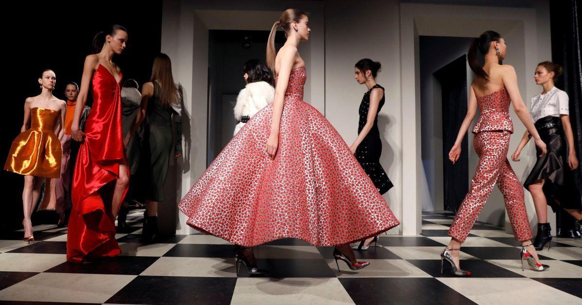 Моделі демонструють колецію суконь під час Нью-Йоркського тижня моди в Манхеттені. @ Reuters