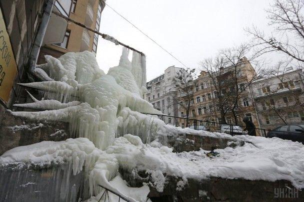 Найяскравіші фото дня: семиметрова крижана брила у Києві, святкування Дня Валентина
