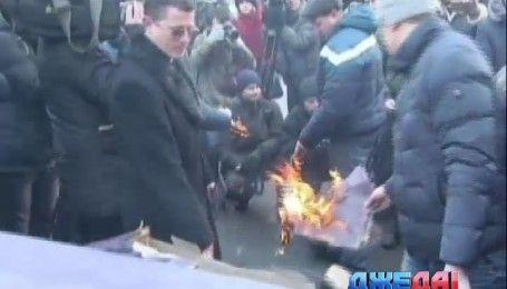 Активисты под комитетом ВР сожгли макет автомобиля