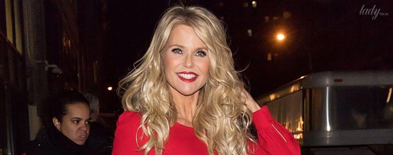 Сексуальная блондинка в красном комбинезоне: 63-летняя Кристи Бринкли затмила молодых подруг эффектным образом