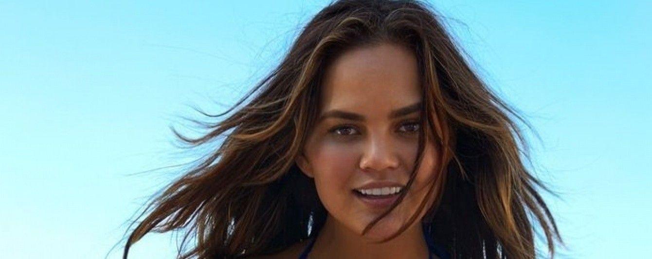 На пляже топлес: Крисси Тейген соблазнительно рекламирует купальники