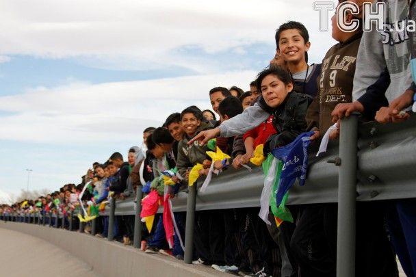 Жива стіна: тисячі людей вишикувалися на кордоні Мексики та США, протестуючи проти указу Трампа