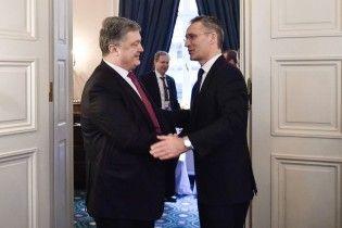 Порошенко розповів генсеку НАТО про ситуацію на Донбасі та реформи у секторі безпеки