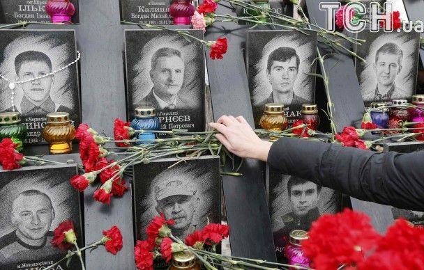 Слезы на глазах, свечи и красные гвоздики. На Майдане почтили память Героев Небесной Сотни