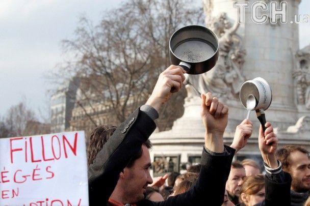 """В Париже 10 тысяч людей вышли на """"звонкий"""" митинг против Фийона"""