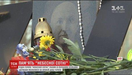 Люди з усієї України з'їжджаються на місце розстрілу Небесної сотні аби вшанувати пам'ять загиблих
