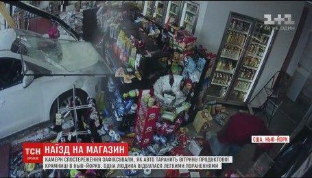 Відео в'їзду автомобіля в продуктовий магазин, в якому був покупець, вразило весь світ