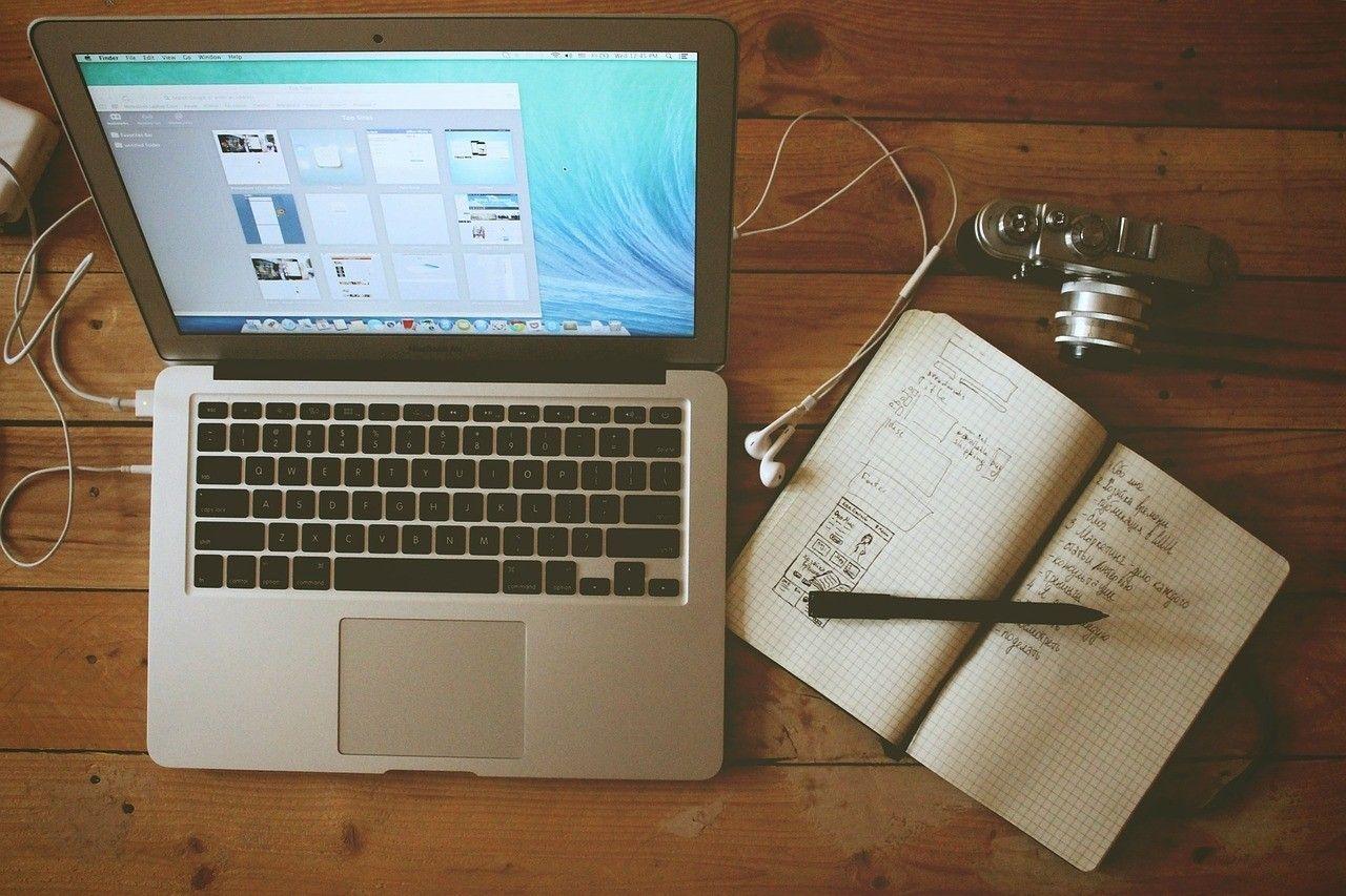 Відеоблогери, комп'ютер, робота